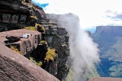 Die 400m hohen senkrecht abfallenden Steilwände des Mount Roraima wurden im Jahr 1884 das erste Mal bezwungen