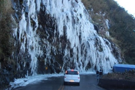frio-intenso-desta-semana-tambem-congelou-cachoeiras-na-serra-do-rio-do-rastro-983322