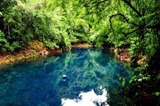 vista-externa-da-lagoa-misteriosa-uma-das-atracoes-de-bonito-com-220m-de-profundidade-la-e-possivel-realizar-flutuacoes-e-mergulho-autonomo-1467148954246_753x500